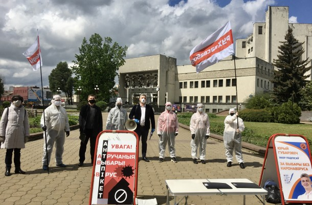 Hubarevich holds ananti-picket near the Ministry ofPublic Health