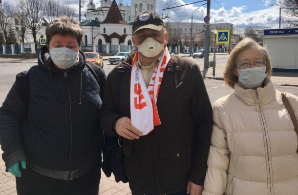 MFF members hand out masks toMahiliou residents